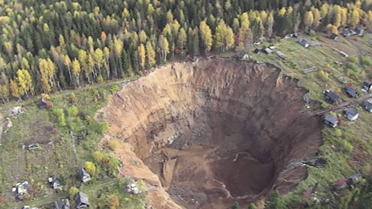 Video: Un dron registra el enigmático cráter de los Urales que no deja de crecer