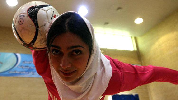 El marido de la futbolista iraní Lady Goal no la deja salir del país para participar en un torneo