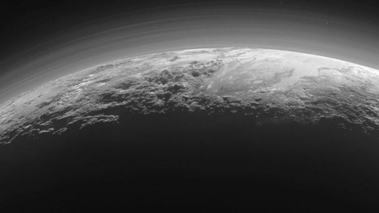 Vean las fotos más impactantes del desconcertante planeta enano Plutón