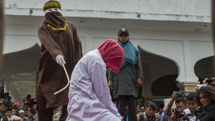 Indonesia: torturan públicamente a una mujer por tener relaciones íntimas sin estar casada