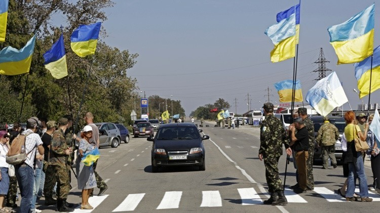 Nacionalistas ucranianos impiden el suministro de alimentos a Crimea