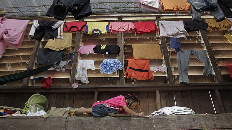 La foto de una niña filipina haciendo los deberes en la calle conmueve a la sociedad