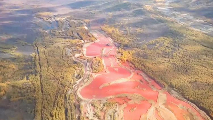 Video: Productos químicos de origen desconocido tiñen de rojo las aguas de un río ruso