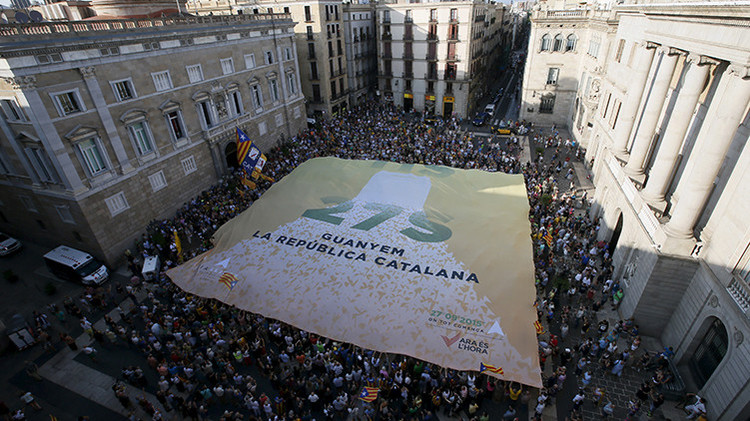 El Gobierno español envía convoyes con dinero a Cataluña por temor a un corralito tras los comicios