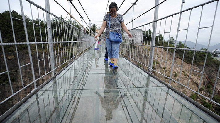 Fotos: un puente colgante de vidrio causa horror en China