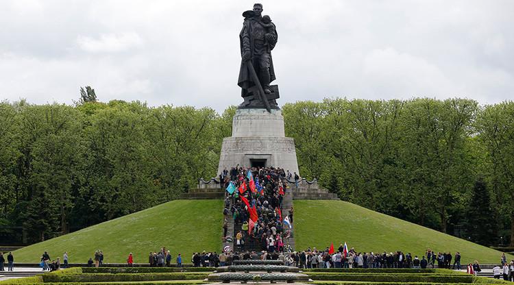 """¿Por qué BBC """"reformula"""" la historia tachando a los soldados de la URSS de """"violadores""""?"""