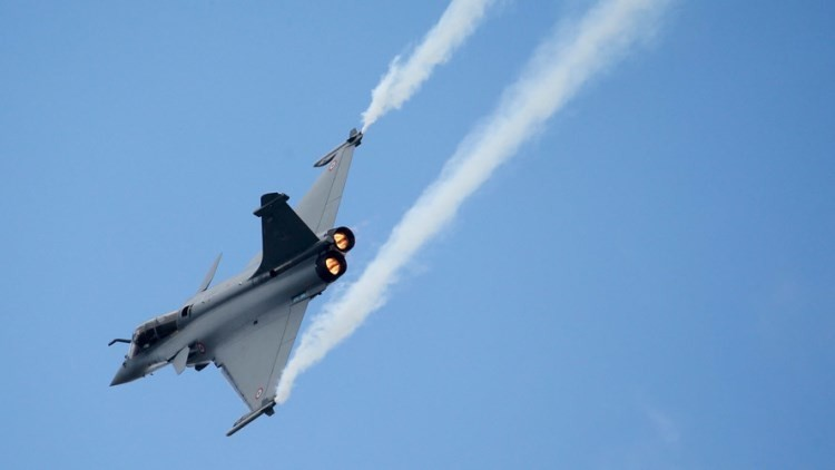 Francia bombardea por primera vez posiciones del Estado Islámico en Siria