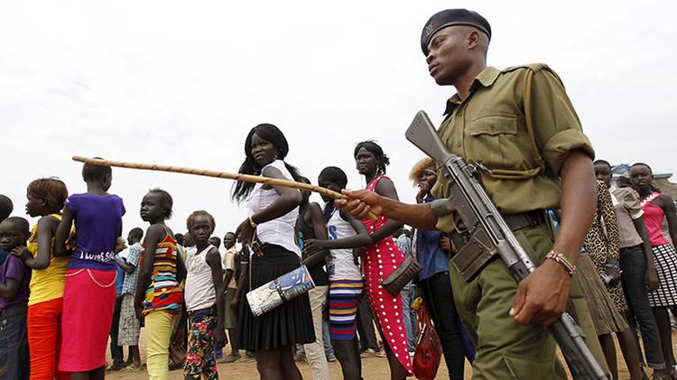 Mujeres en el sur de Sudán en medio de soldados