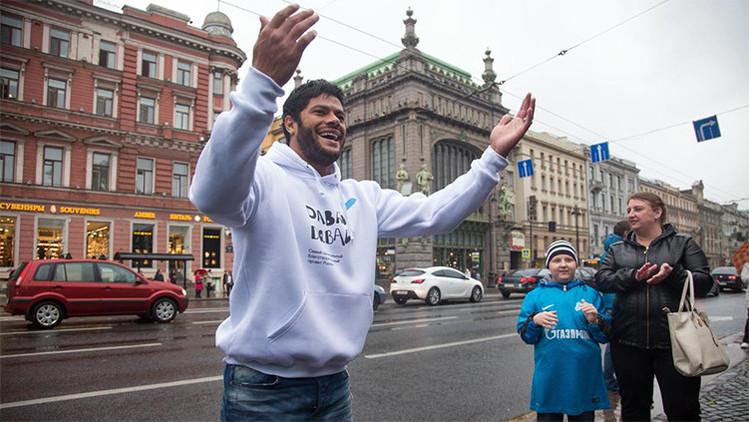 Video: Hulk baila en las calles de San Petersburgo para ayudar a un niño con cáncer