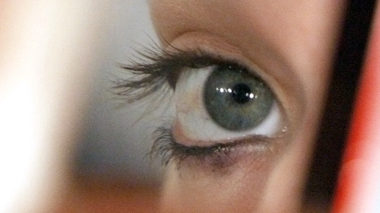 Médicos británicos realizan revolucionaria operación para curar la ceguera