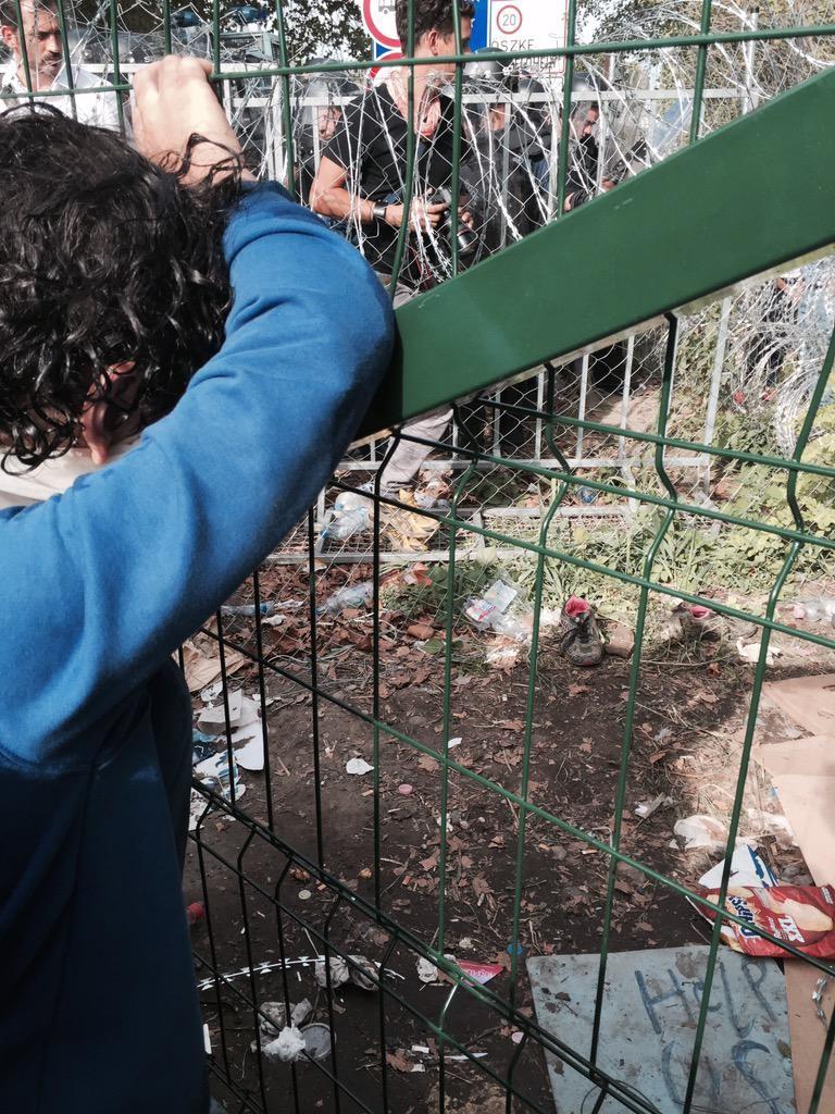 La policía húngara usa gas lacrimógeno contra los refugiados que rompen la cerca de cuchillas