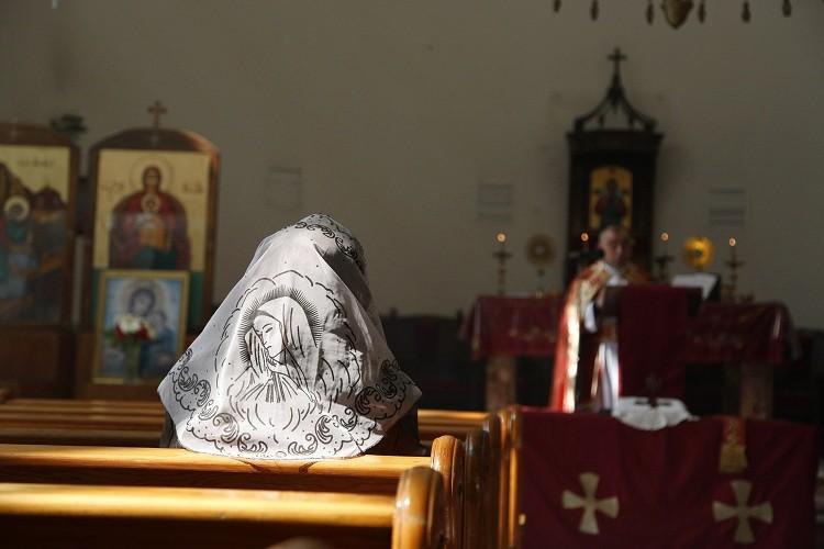 Una mujer asiria asiste a una misa en Damasco.