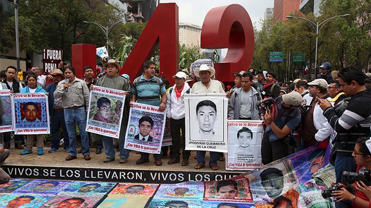 México acoge una multitudinaria marcha para recordar a los 43 estudiantes desaparecidos