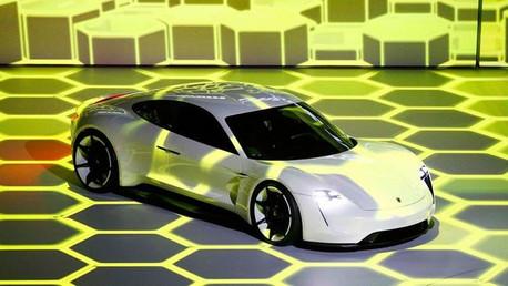 Porsche desafía a Tesla con su nuevo auto que se controla con la mirada y gestos
