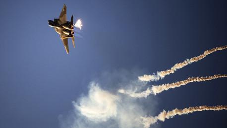 Aviones israelíes bombardean Gaza en respuesta a los ataques de misiles