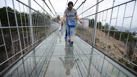 Video: Puente colgante de vidrio en China causa horror y estupor a primeros turistas