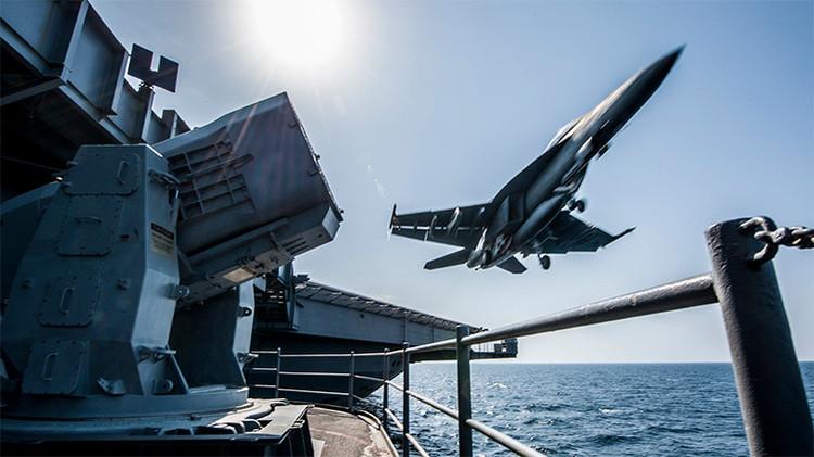 Un Boeing F/A-18 Super Hornet despega desde el portaaviones Carl Vinson para realizar ataques contra objetivos del EI en Siria