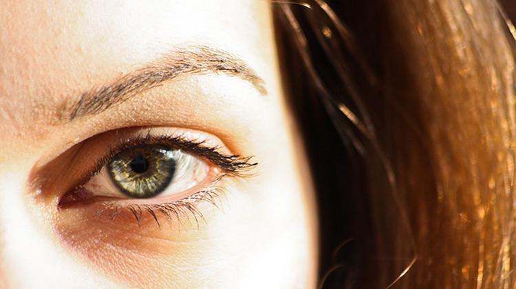 Confirman el éxito del primer trasplante de retina de células artificiales