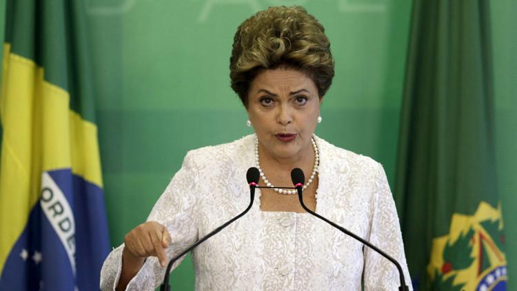 La presidenta Dilma Rousseff anuncia un reajuste del gabinete en una rueda de prensa en el  Palacio de Planalto en Brasilia.