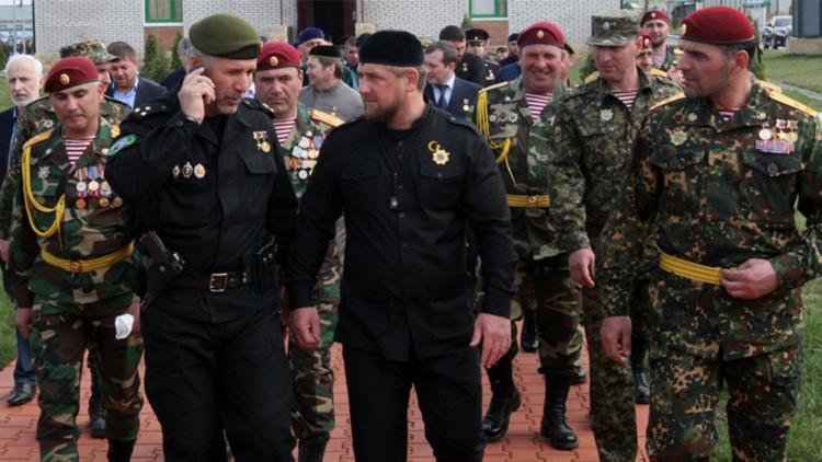 Ramzán Kadýrov con los militares.