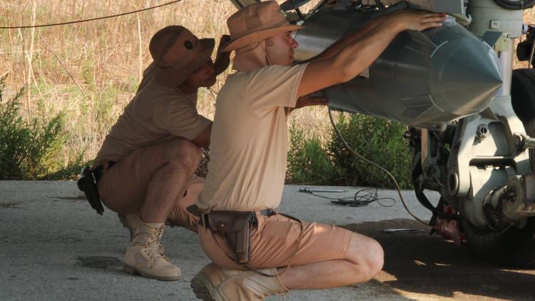 El personal técnico prepara la bomba KAB-250