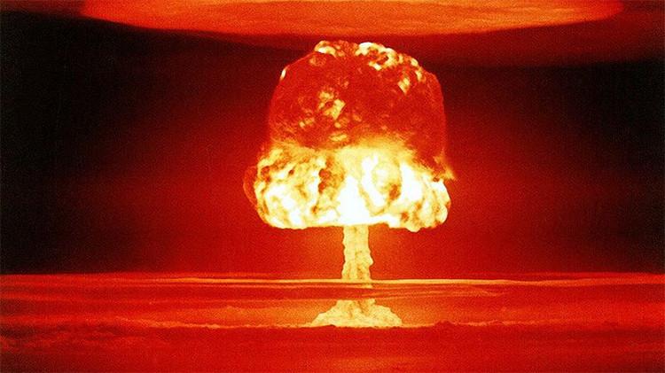 Ensayo de la bomba termonuclear en el atolón de Bikini, 1954. El dispositivo liberó una potencia de 11 megatones