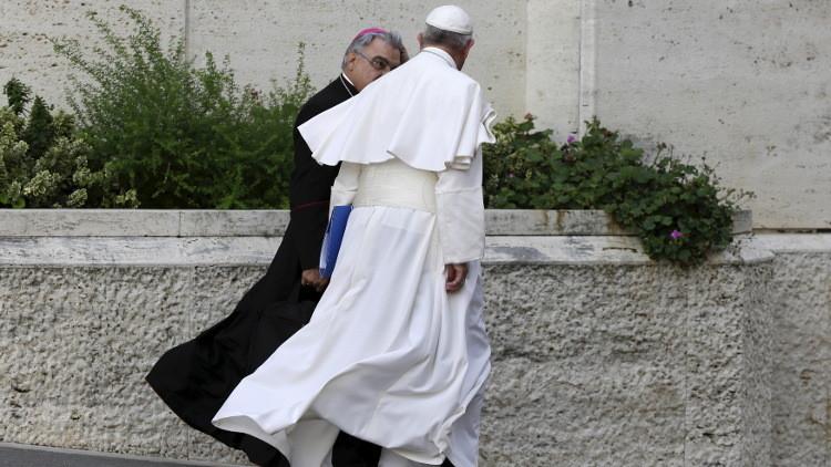 """""""Piensen con la cabeza"""": El papa defiende a un obispo chileno sospechoso de ocultar delitos sexuales"""