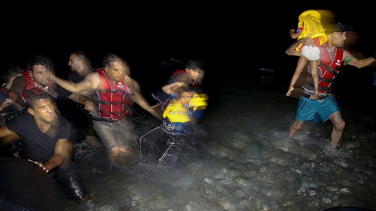 Un refugiado sirio con sus hijos en la isla griega de Cos