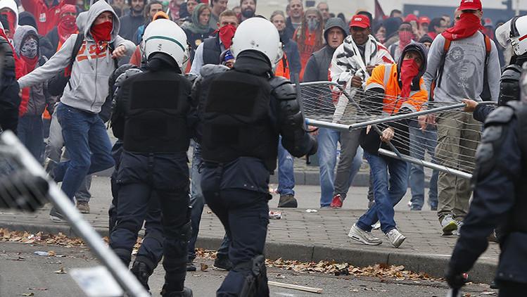 Despliegan en Bruselas cañón de agua en plenos choques entre manifestantes y Policía