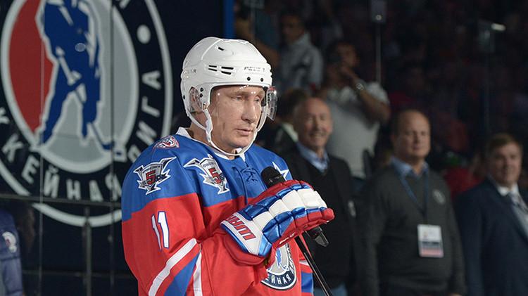 Video: Putin juega al hockey en su cumpleaños y marca siete goles