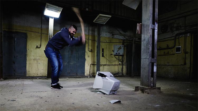 Los rusos destrozan habitaciones con un mazo para quitarse el estrés