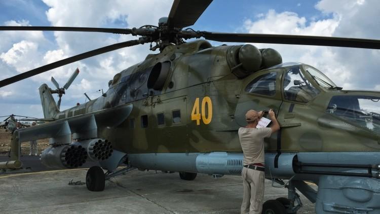 Video: El potente helicóptero ruso Mi-24 patrulla la base militar en Siria