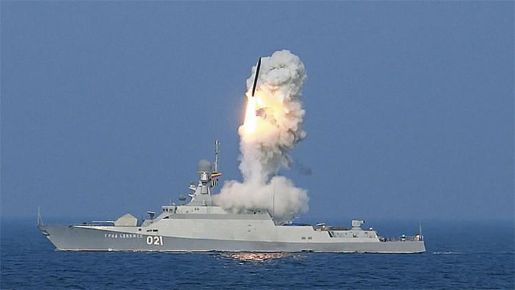 Lanzamiento del misil Kalibr desde el buque Grad Sviyazhsk