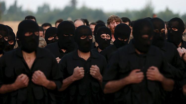 Los miembros del Ejército Sirio Libre participan en el despliegue militar en el marco de una ceremonia de graduación en un campamento en el este del distrito de Ghouta,  Damasco, Siria