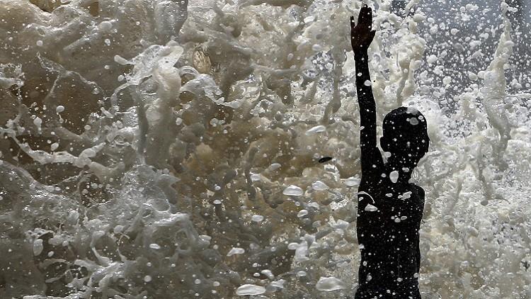 Videos: Un lago de la India cubierto por metros de espuma tóxica que inunda la ciudad y arde