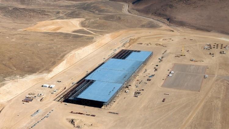 Video: Un drone sobrevuela la gigantesca fábrica de Tesla que cambiará el mundo de la energía