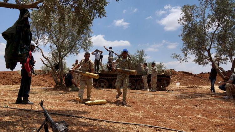 Miembros del Ejército Libre de Siria se disponen a atacar a fuerzas leales al presidente Bashar al-Assad, cerca de la ciudad de Deraa, el 25 de junio de 2015.