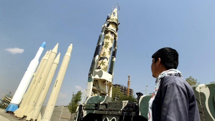 Un hombre mira misiles de fabricación iraní en el Museo de la Sagrada Defensa en Teherán