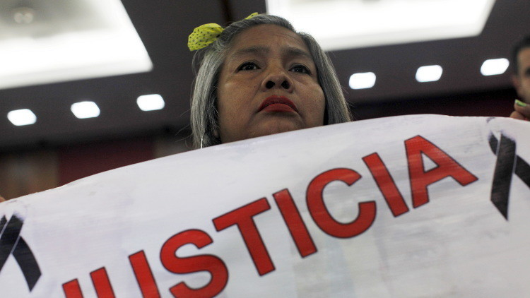 Berta Nava pide justicia por su hijo, que desapareció junto con otros 42  estudiantes de Ayotzinapa,