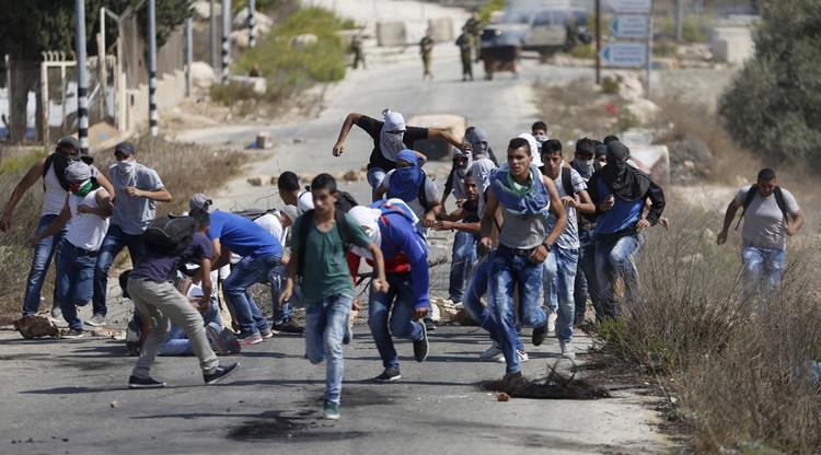 Soldados israelíes hirieron a una investigadora de HRW y a 7 palestinos durante una protesta pacífica