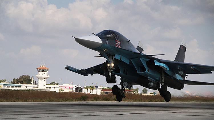 Cazabombardero ruso Su-34 despegando de la base aérea de Jmeimim en Siria