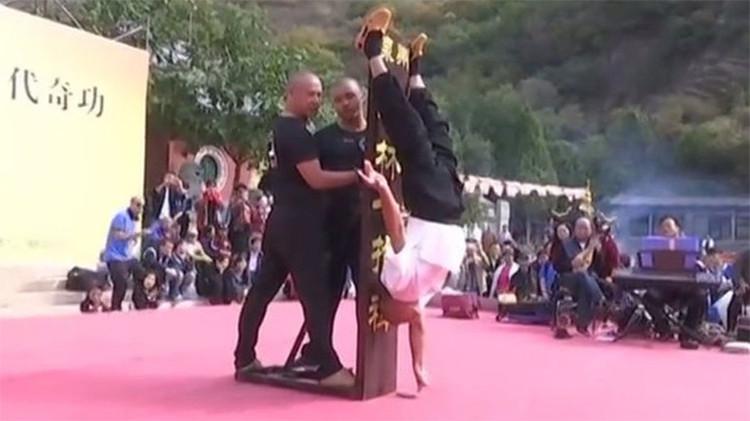 Video: Un monje de Shaolín mantiene su cuerpo cabeza abajo con la ayuda de un solo dedo