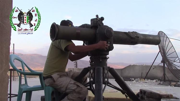 Combatiente del Ejército Libre Sirio utilizando el sistema BGM-71