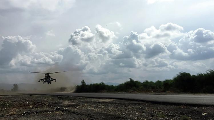Helicóptero de ataque ruso MI-24 despega para realizar una misión de combate desde la base aérea de Jmeimim, Siria.