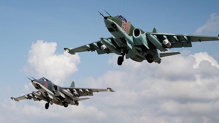 Aviones de ataque rusos Su-25 despegan de la base aérea de Hmeymim en Siria