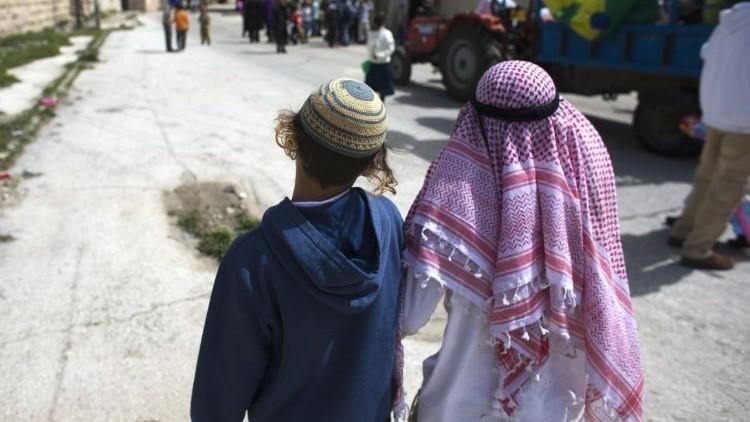 Muchachos judíos caminan juntos durante el desfile de fiesta judía de Purim en Hebrón, Israel.