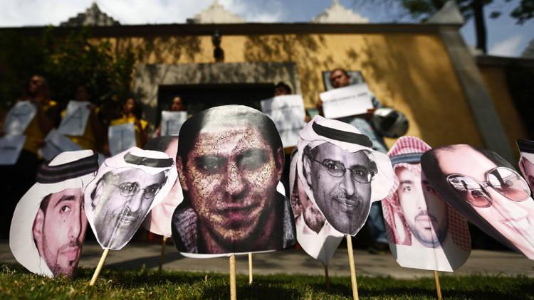 Una foto del bloguero Raif Badawi entre otras fotos de presos sauditas durante una manifestación frente a la embajada de Arabia Saudita en la Ciudad de México.