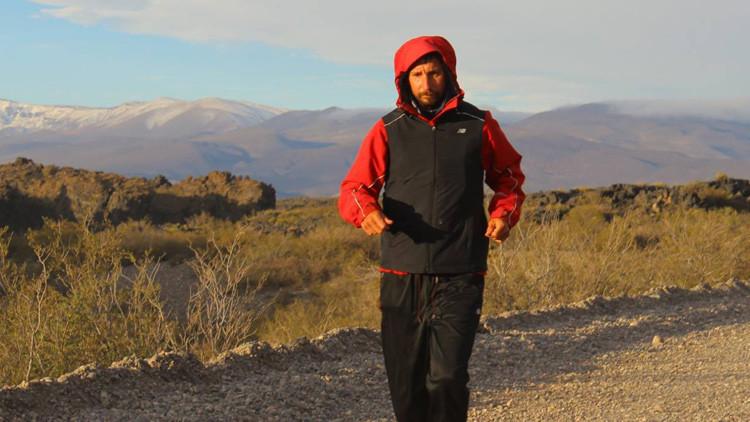 El Forrest Gump argentino ya recorrió 2.700 kilómetros y la gente se le suma en camino (video)