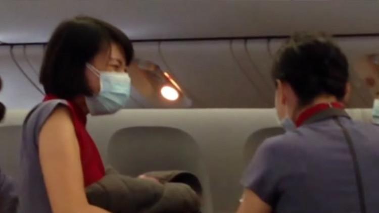 Una mujer da a luz en pleno vuelo de Bali a Los Ángeles.