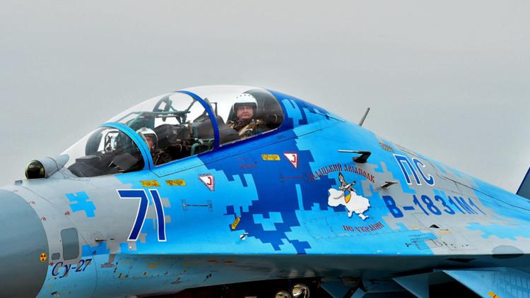 El presidente de Ucrania, Piotr Poroshenko, en la cabina de un avión Sukhoi Su-27